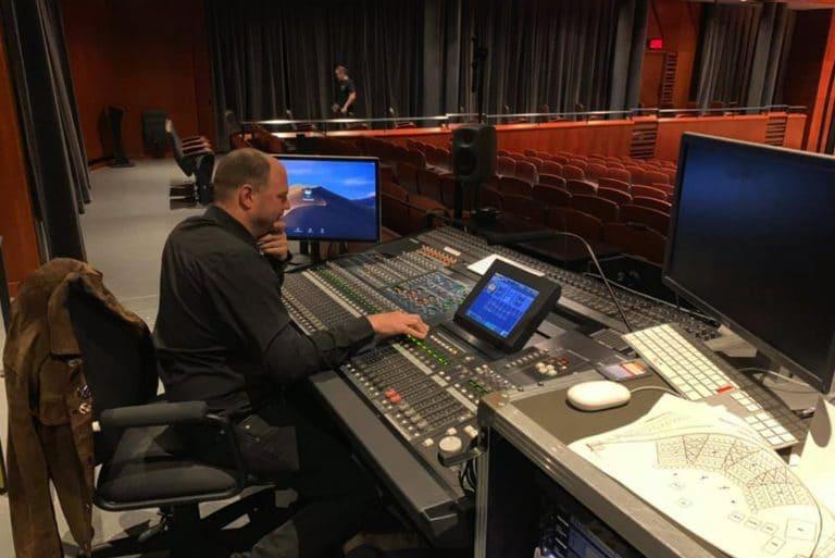 Christian Garneau, directeur technique, qui procède à des ajustements en vue d'un concert au Palais Montcalm