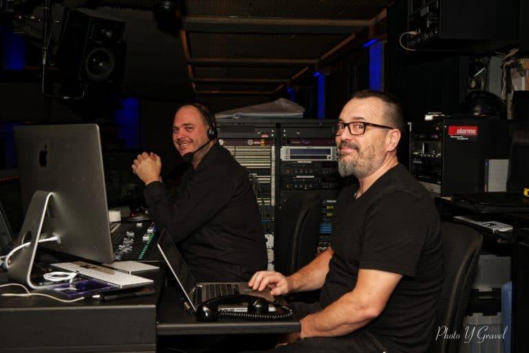 Pierre Forgues, chef de son, et Christian Garneau, directeur technique, voient à nous mettre en valeur auprès du public