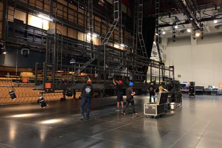 L'équipe technique du Grand Théâtre de Québec à l'oeuvre pour le montage de la scène à l'occasion d'un concert annuel
