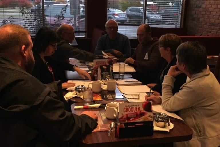 L'équipe technique et logistique lors d'une réunion de production en prévision d'un concert annuel